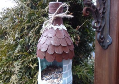 Vogelfutterspender aus PET-Flaschen mit RostCreme und OutdoorDecor bemalt