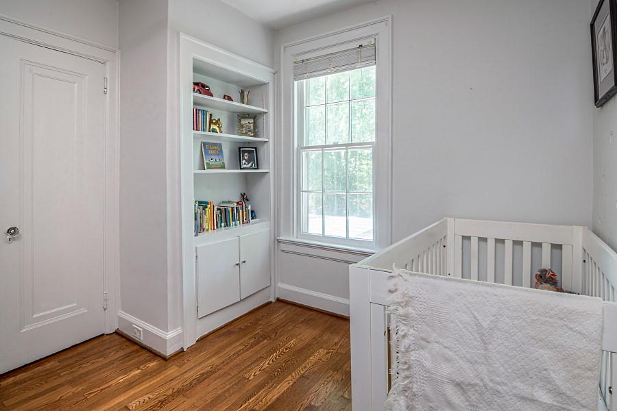 Kinderzimmer mit kahlen Wänden
