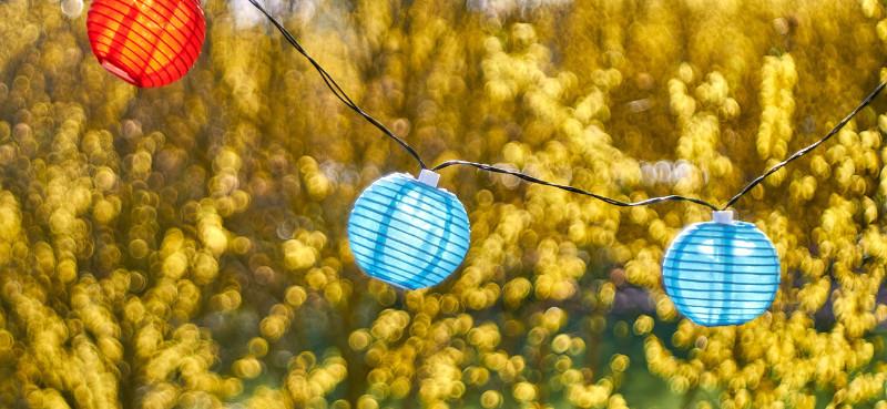 Lampionkette im Garten