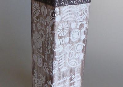 Holzklotz-Kerzenhalter mit Reliefpaste und Schablone verziert